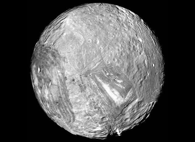 Миранда Миранда, самая маленькая из лун Урана, может оказаться лучшим местом для человека во вселенной. Вся поверхность планеты изрыта огромными кавернами, некоторые из которых в 12 раз глубже знаменитого Гранд-Каньона. Именно в них и предполагают разместить базы передового отряда: стены разломов будут защищать поселенцев от превратностей чужого мира. Как и на Европе, здесь, скорее всего, есть вода.