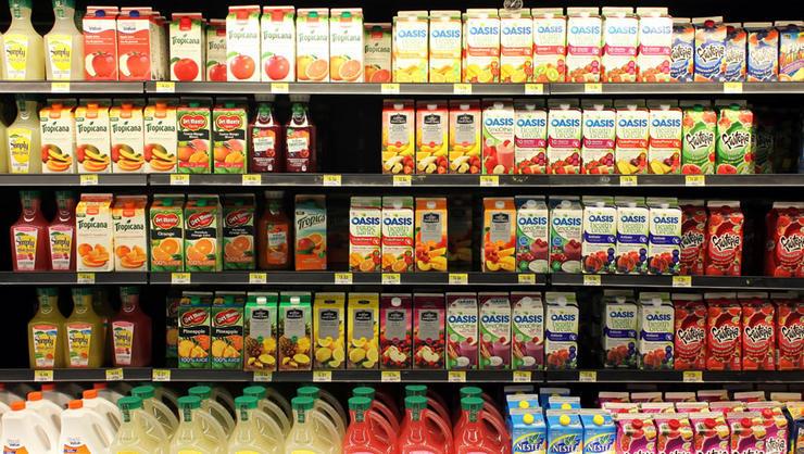Неправильное хранение Большие магазины не имеют физической возможности сделать так, чтобы абсолютно все продукты хранились при верной температуре. Это, естественно, снижает срок годности. Особенно чувствительны к температуре напитки, которые эксперты советуют хранить при 3-5 градусах Цельсия.