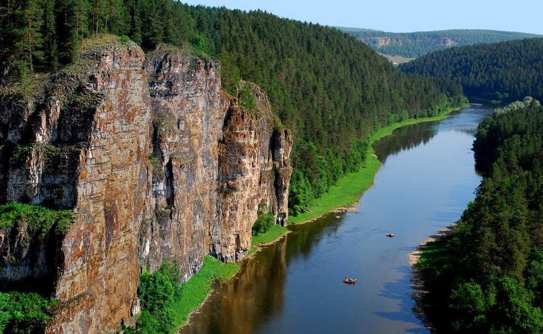 Направление Если вы умудрились потеряться в дикой местности, постарайтесь найти реку, или хотя бы ручеек. Идите по направлению течения. Высока вероятность того, что вода выведет вас к людям.