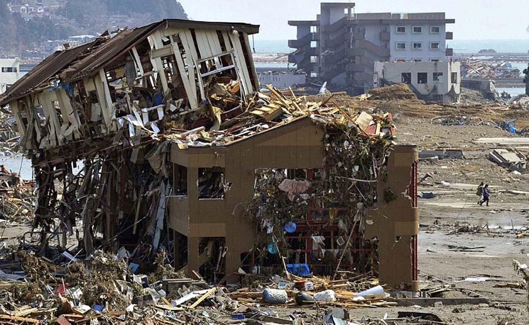 Суматра Индонезия Это землетрясение, случившееся на морском дне Индийского океана, вызвало цунами такой силы, что волна дошла даже до Мальдив и Таиланда. 225 000 погибших и ущерб в 7 миллиардов долларов — притом, что толчки продолжались всего 10 минут.