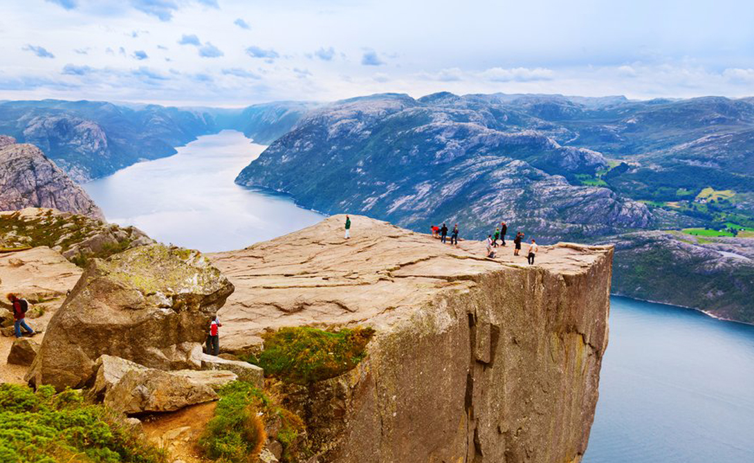 Прекестулен Норвегия На высоте более 600 метров над озерами Рингедалсвантен весь мир кажется лишь смутной иллюзией. С апреля по сентябрь пешеходные тропы открыты для смелых путешественников, а вот зимой сюда лучше не соваться.