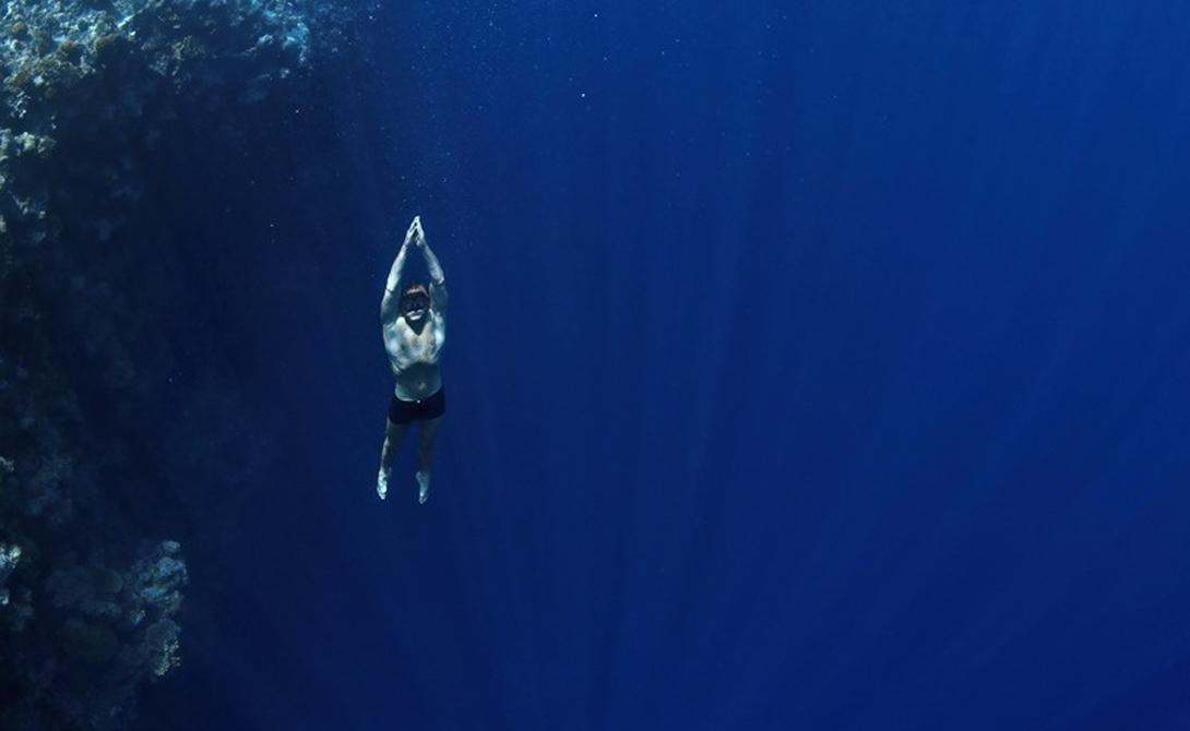 Практика глубокого дыхания Заниматься придется по несколько раз в день. Вдохните и выдохните глубоко, почувствуйте, как воздух наполняет все ваше тело. Так вы прочистите легкие и подготовите их к дальнейшей работе. Вдох должен длиться 5 секунд, затем секундная задержка и выдох на 10 секунд: повторяйте это в течение двух минут.