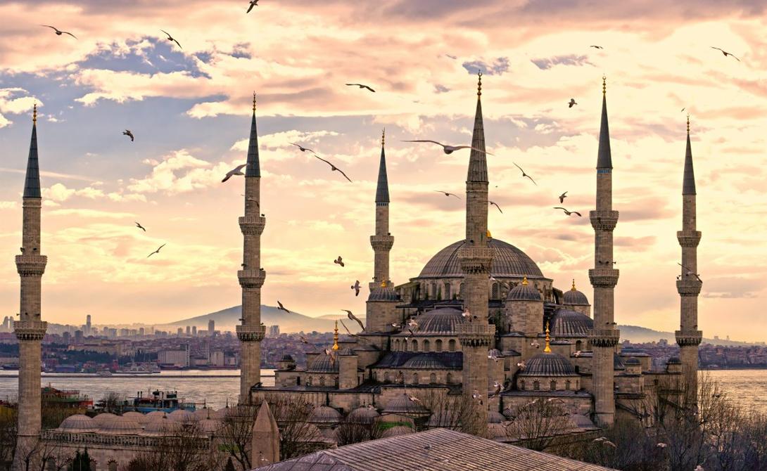 Голубая Мечеть Стамбул К началу 1600-х годов Османская империя переживала пик своего могущества. Тогда и была построена знаменитая Голубая Мечеть, чьи величественные купола, тончайшие шпили минаретов и внутреннее убранство поражают и по сей день.