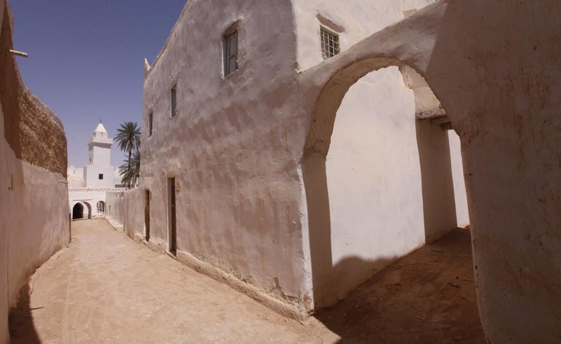 Гадамес Ливия Объект Всемирного наследия ЮНЕСКО Гадамес является городом-оазисом, расположенным в центре пустыни. Для того, чтобы пережить постоянную жару (55 градусов Цельсия), местному населению приходится проводить большую часть дня в домах с толстыми глинобитными стенами.