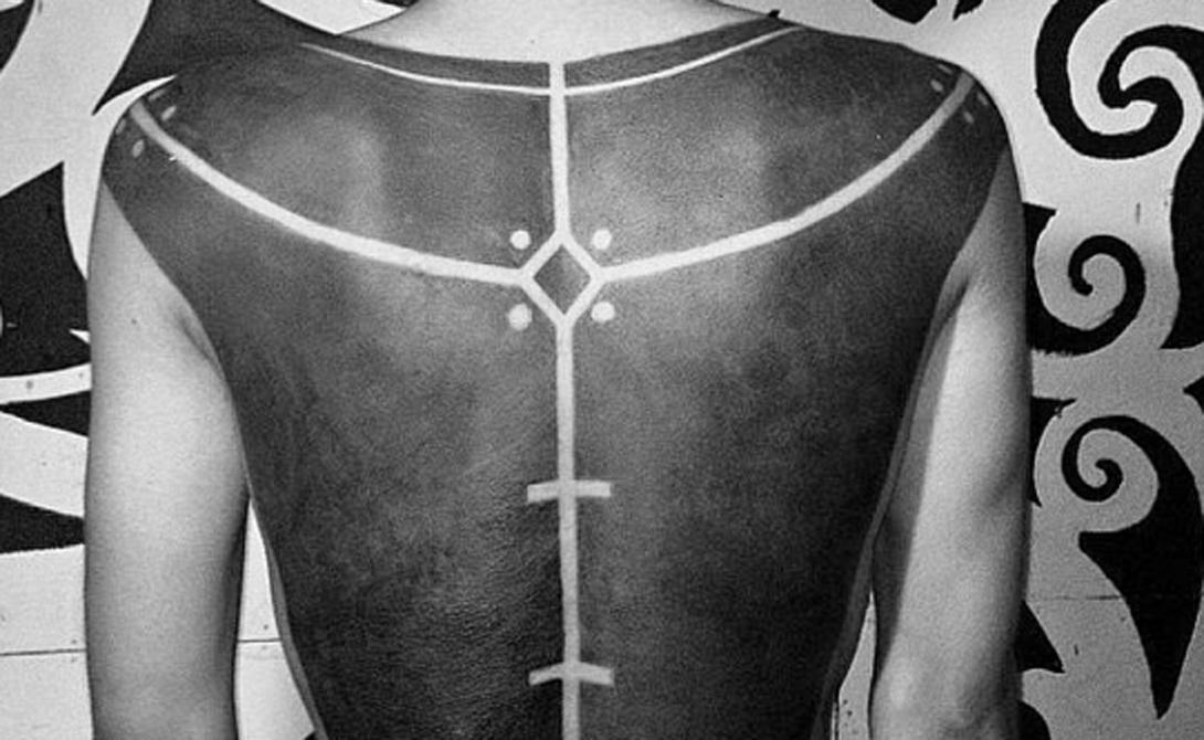 Масштаб Нередко можно встретить и масштабные работы. Люди начинают забивать спины и ноги полностью, оставляя небольшой участок для лаконичных линий.