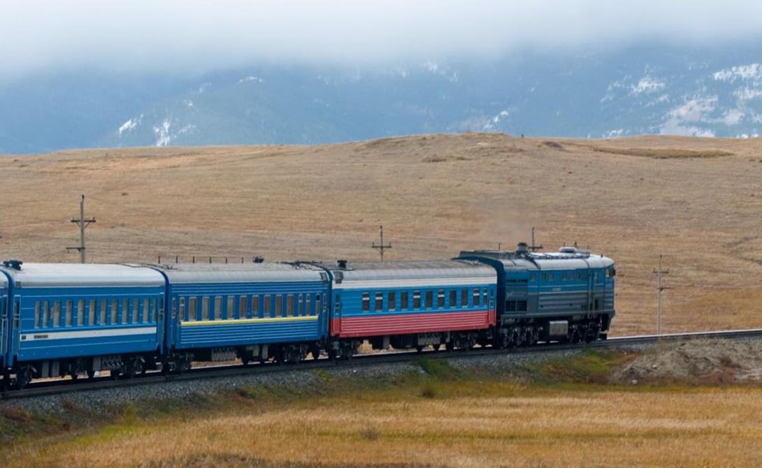 Длиннейшая в мире Транссибирская магистраль стала первой евразийской трансконтинентальной железной дорогой. Удивительно, но закончили ее еще в 1904 году: Транссиб соединил сначала Москву и Владивосток, а затем Россию, Китай и Корею. На данный момент протяженность всей дороги составляет 11 024 километра.