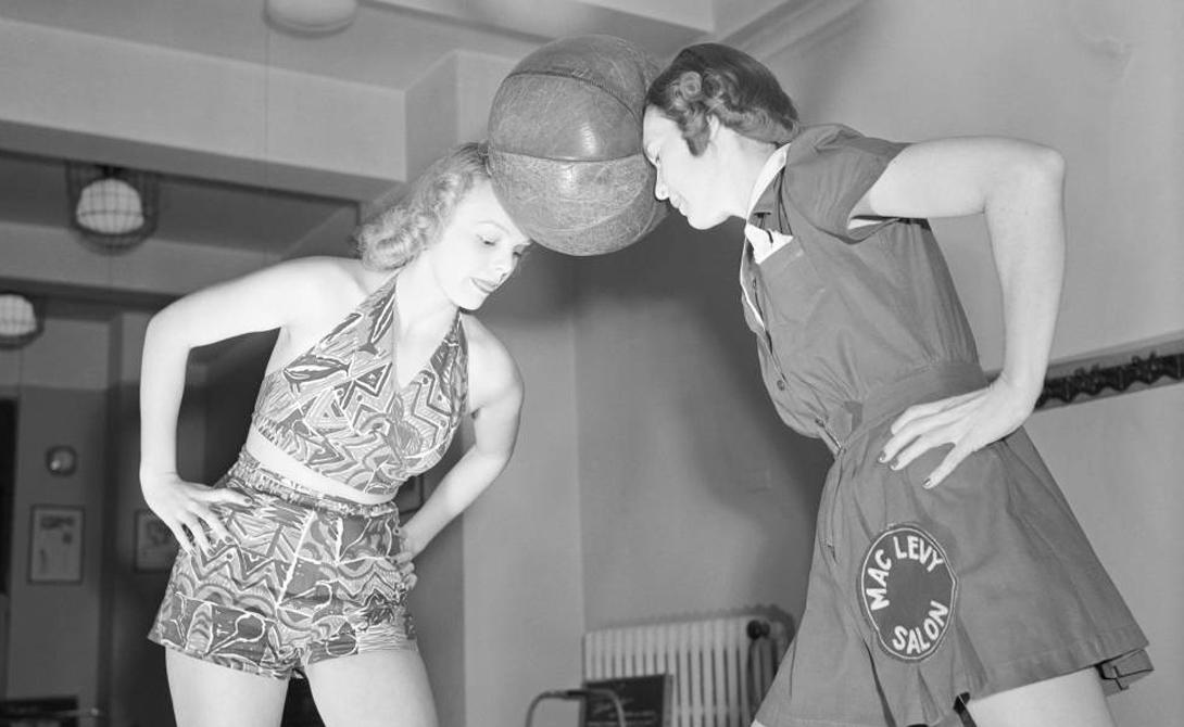 Набивной мяч Набивные тяжелые мячи часто используются атлетами для укрепления мышц плечевого пояса, но мало кто знает, что придуман он был для женщин. Таким вот образом милым дамам предлагалось сохранять фигуру и талию.