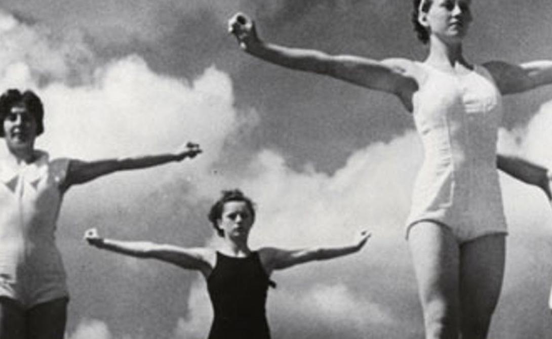 Общественная реакция Представьте 1936 год. Государства всего мира уже понимают неизбежность грядущего противостояния, но иррационально продолжают надеятся на чудесное мирное избавление. XI Олимпийские игры в Германии становятся некой последней проверкой: сорок девять стран-участниц видят Третий рейх «современным, динамичным в экономическом отношении государством с растущим международным влиянием» — прямая цитата репортажа BBC.
