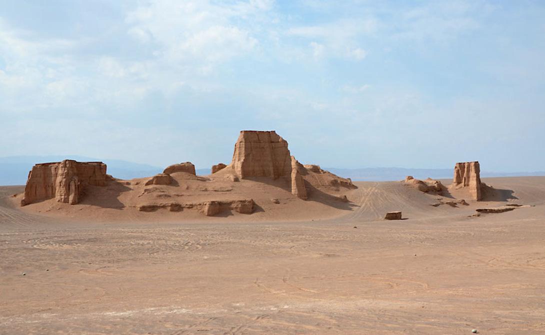 Пустыня Деште-Лут Иран Пустыня Деште-Лут по-праву считается самым жарким местом планеты. Местная температура здесь часто переваливает за 70 градусов Цельсия, а в некоторых особенно засушливых участках не способны выжить даже бактерии.