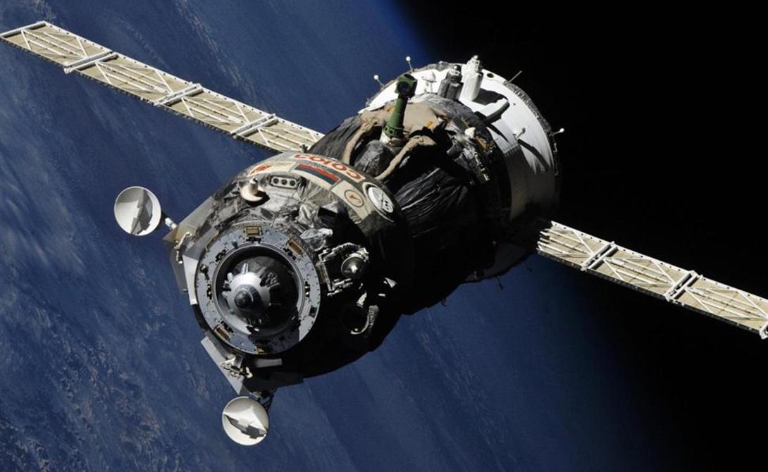 Космическая пушка Один из самых страшных космических аппаратов вышел из недр секретного инженерного бюро при ВКС СССР. Цели проекта — разработать пилотируемый космический корабль, оснащенный мощной ядерной пушкой. Он должен был сбивать вражеские спутники и полностью контролировать значительную территорию. Для того, чтобы космонавты могли вести прицельный огонь, пушка была установлена на независимой платформе с низким коэффициентом трения. Сохранился один прототип этого футуристичного оружия: его испытания проходили на полигоне Северодвинска. С появлением более совершенных спутников-шпионов правительство Советского Союза решило нецелесообразным использование пилотируемых модулей — на этом история космической пушки заканчивается.