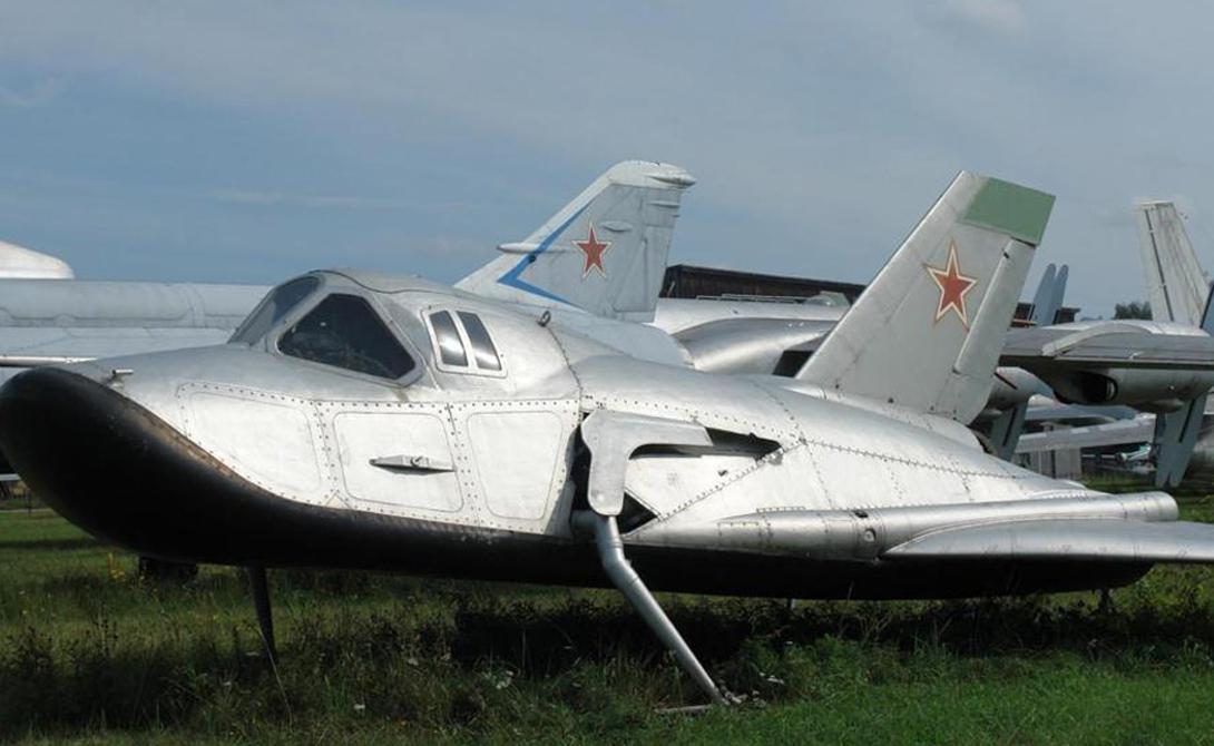 Советский космический самолет В течение 1960-х годов две сверхдержавы работали над очень разными и перспективными космическими аппаратами, призванными решить одну и ту же проблему — доминирование в космическом пространстве. Разработанная в середине 1960-х идея МиГ-105 была первой попыткой СССР построить самый настоящий космоплан. Небольшой шаттл должен был выходить на орбиту при помощи обычной ракеты, а затем самостоятельно возвращаться на Землю. Успешные испытания в стратосфере показали, что космоплан вполне готов к выходу в космос. К сожалению, этот проект, как и многие другие, канул в Лету в конце противостояния Запада и Востока.
