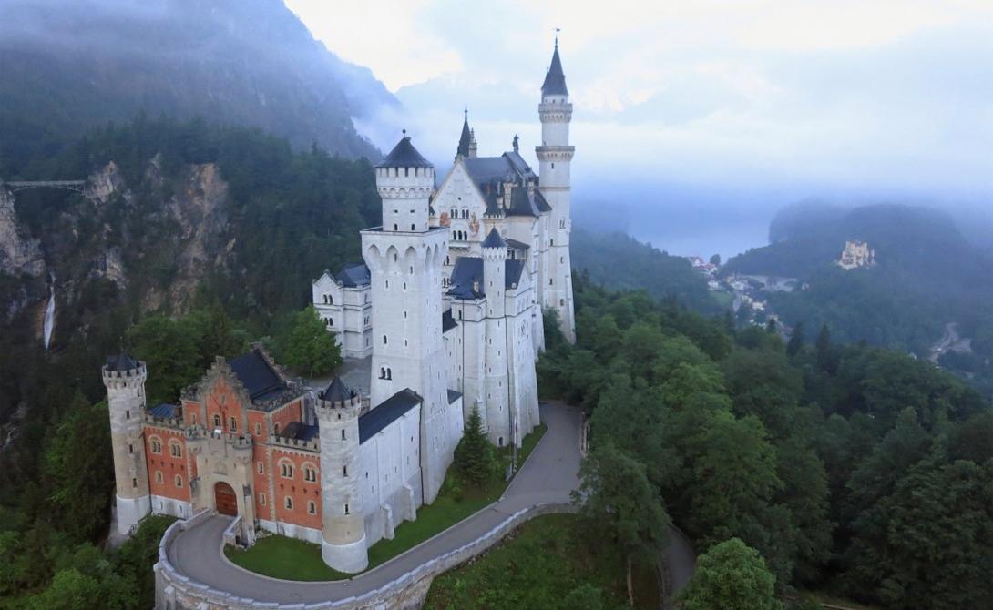 Нойшванштайн Германия Самый настоящий сказочный замок стоит глубоко в лесах Баварии — и магнитом притягивает десятки тысяч туристов со всего света. Сам Уолт Дисней был настолько впечатлен Нойшванштайном, что привнес его черты в свой собственный замок Спящей Красавицы.