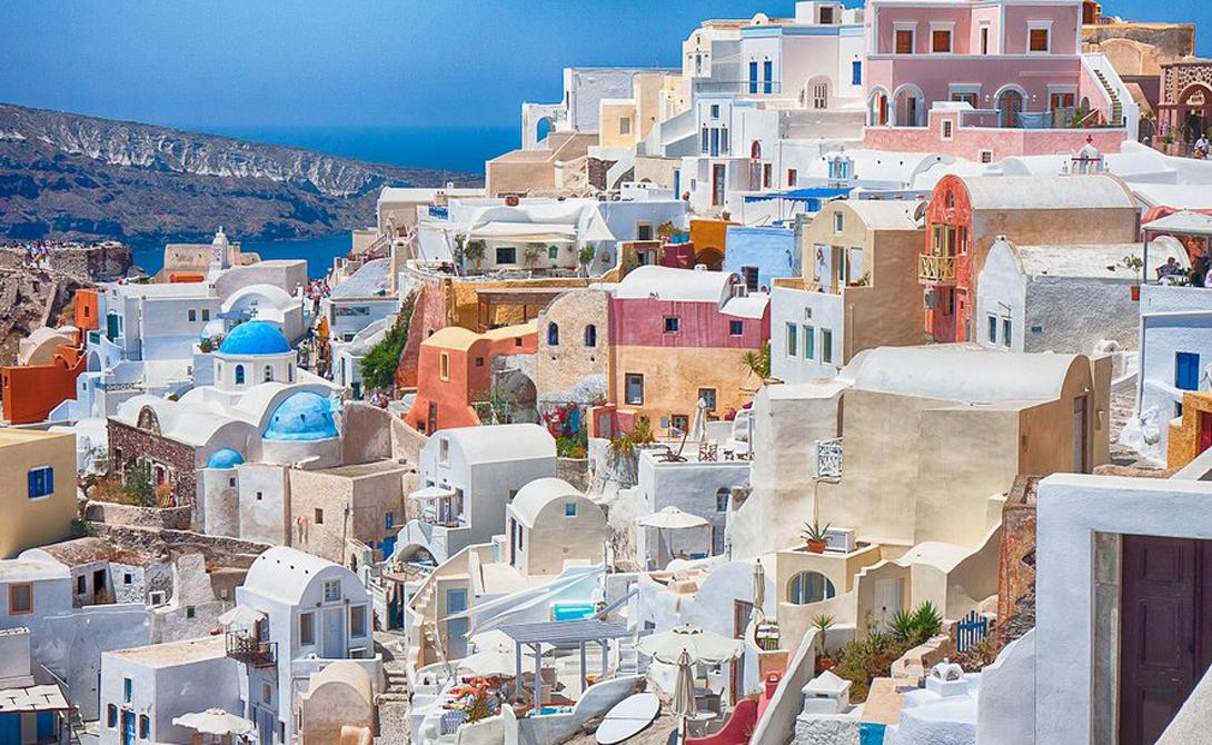 Санторини Греция Для того, чтобы получить идеальную фотографию, вам придется забраться по крутым склонам Санторини. Это культовое место, пропускать которое мы вам не советуем.