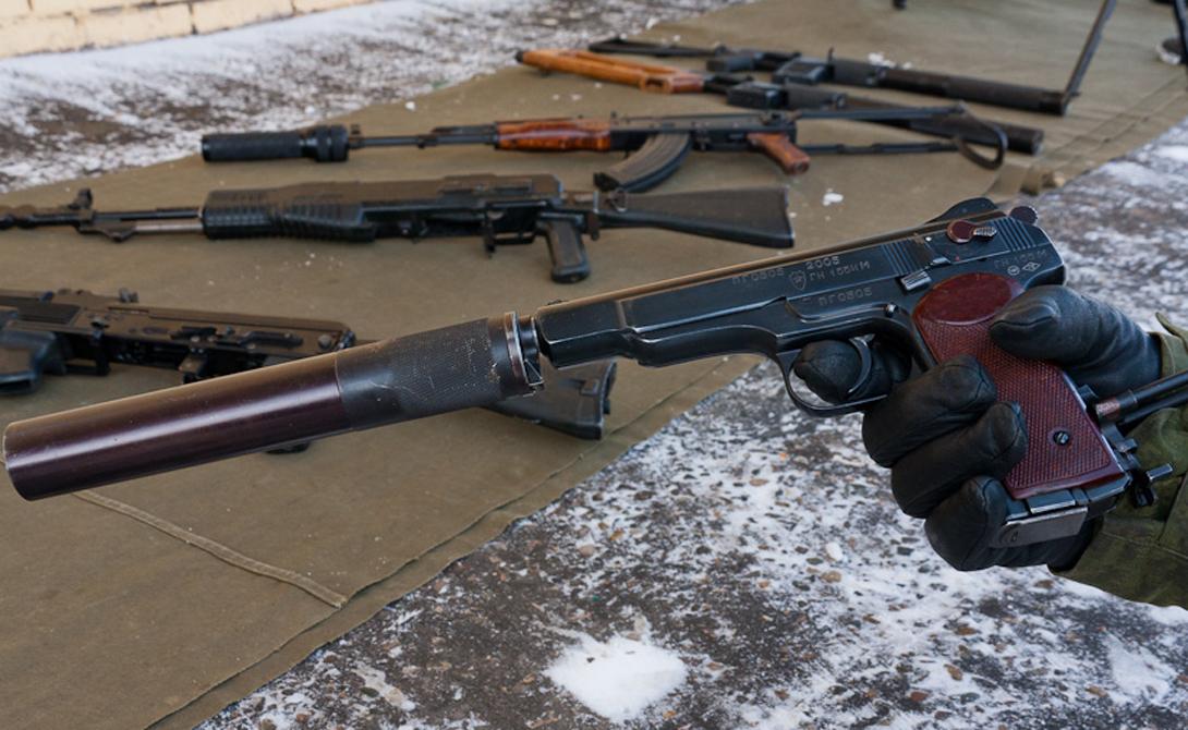 АПС Стечкина Один из лучших пистолетов, выпущенных на территории Советского Союза. Отличительная особенность — приклад-кобура, благодаря которому стрелок может значительно повысить точность выстрела. К тому же АПС умеет стрелять очередями, что вкупе с повышенным боезапасом делает его весьма грозным оружием.
