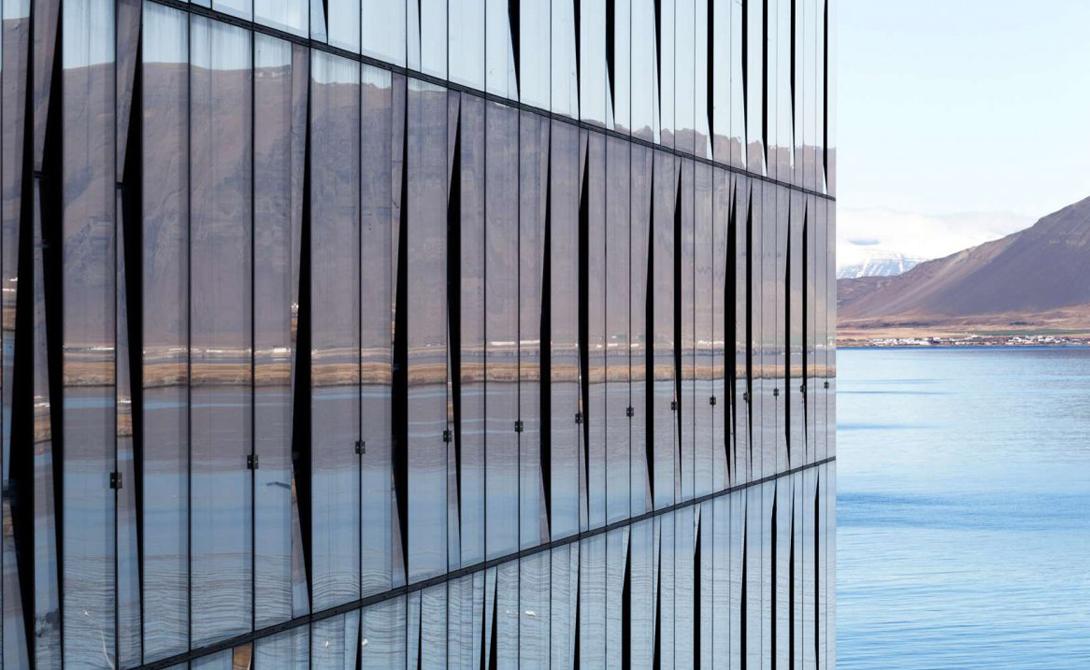 Turninn Рейкьявик Немногие способны настолько органично вплести дело рук человеческих в природный ландшафт. Архитектор проекта стремился отразить дикую красоту Исландии, что, впрочем, заметно и без всяких комментариев.