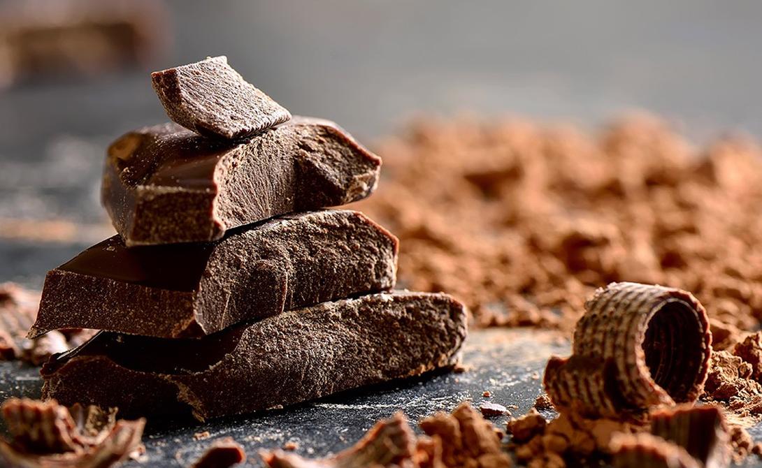 Шоколад Как ни странно, но худеть во сне помогает даже шоколад. Вот только есть его нужно с умом: выбирать исключительно темные горькие сорта с высоким содержанием какао и не жадничать. Две-три дольки горького шоколада повысят содержание антиоксидантов в организме — большее количество уже осядет ненужными килограммами жирового запаса.