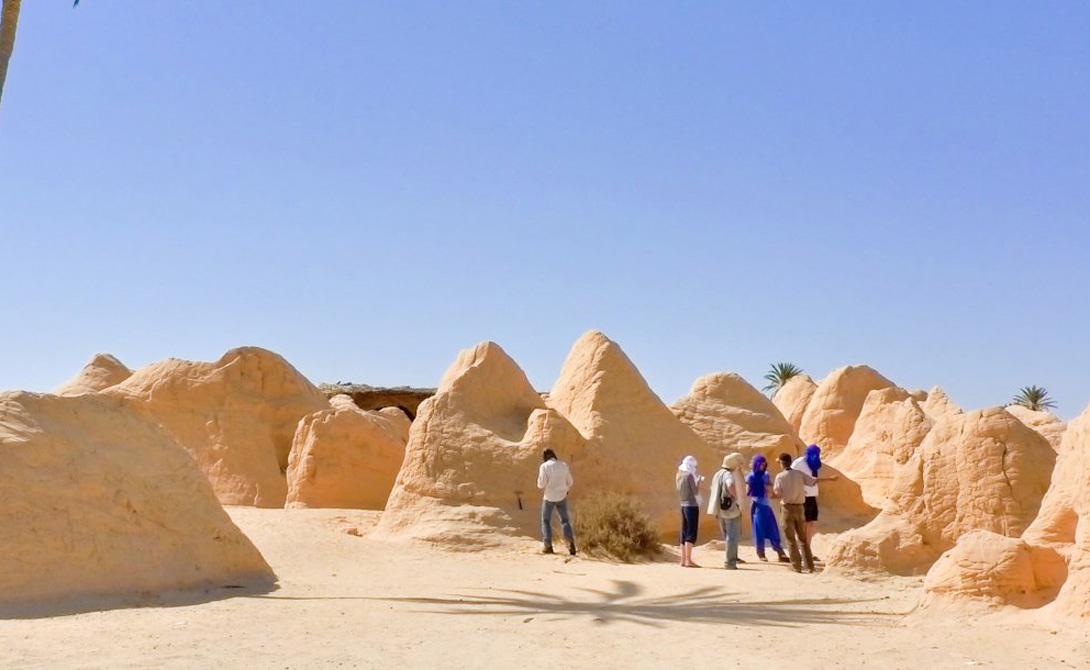 Кебили Тунис Считается, что Кебили был основан почти 200 тысяч лет назад. Когда-то именно сюда прибывали караваны в поисках прохладной воды и отдыха — теперь же температура в Кебели частенько переваливает за 56 градусов.