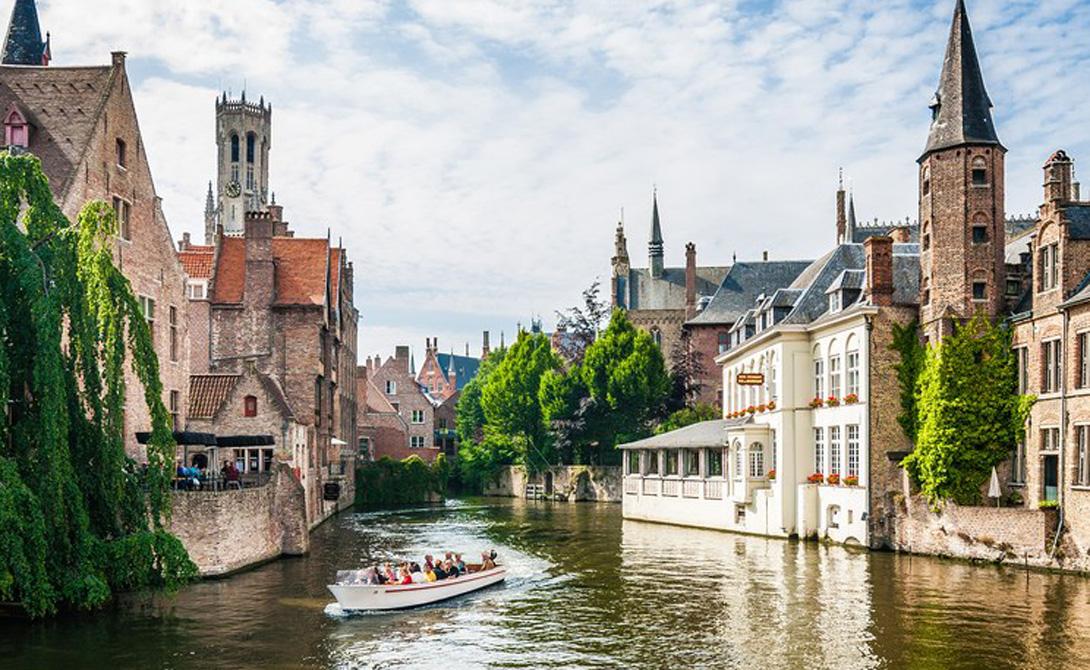 Брюгге Бельгия На границе Брюгге будто расположен скрытый портал, переносящий путешественника прямиком в средневековую сказку. Описывать этот небольшой городок, где не так уж много достопримечательностей, можно часами: все дело в неуловимой атмосфере, которую Брюгге удивительным образом сумел сохранить на протяжении многих веков.