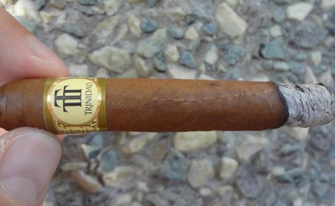Куба Сигары Здесь все очень логично: с острова свободы всегда везли ром и сигары. Сейчас на последнии спрос особенно велик — несмотря на имеющиеся ограничения в объемах единоразовой покупки, магазины дьюти-фри делают максимальную кассу именно на сигарах.