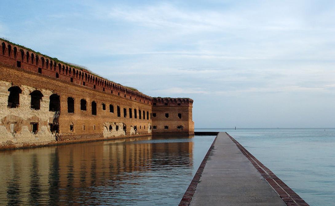 Драй-Тортугас Хуан Понсе де Леон первым наткнулся на этот участок островов в 1513 году. Тогда они представляли собой лишь скопление кораллов. Островок получил печальную славу губителя судов: здесь и поныне лежат под водой несметные сокровища испанских галеонов. На поверхности же сохранился средневековый Форт Джефферсон — неуязвимая когда-то крепость, оснащенная четырьмя сотнями пушек.