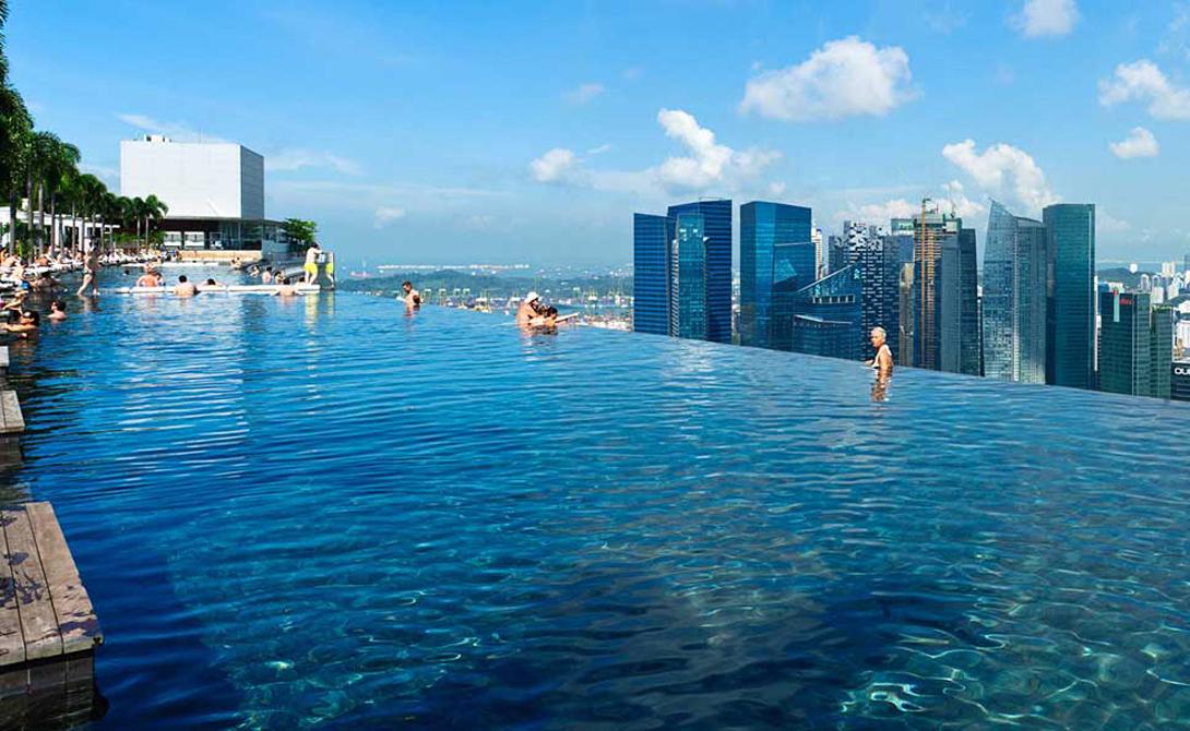 Инфинити пул Сингапур Самый большой в мире бассейн на высоте находится в Сингапуре. Представьте себя плавающим над городом и разглядывающим жителей с 57 этажа. Страшно? Еще бы.