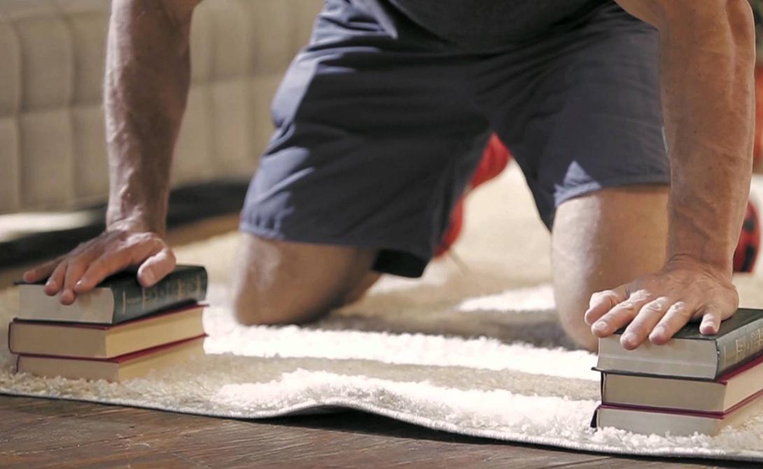 Мышечный дисбаланс Как ни странно, но приверженность тренажерному залу также может стать причиной плохой осанки. Многие мужчины уделяют значительное время работе над грудными мышцами, забывая делать упражнения на спину. Напряженные грудные мышцы заставляют плечи некрасиво изгибаться вперед. Растягивайте эту мышечную группу глубокими отжиманиями.