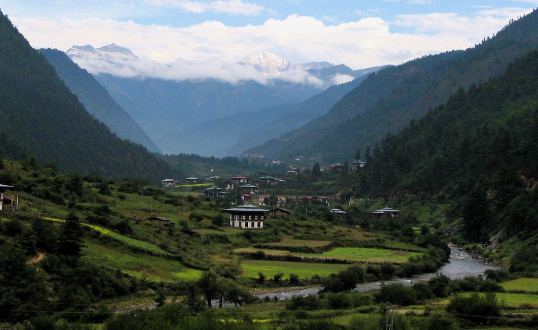 Бутан Это королевство признается одним из самых счастливых во всем мире. Однако, еще в конце 90-х местные жителей устроили для непальцев (20% коренного населения), настоящий геноцид. Отголоски этого слышны и до сих пор.