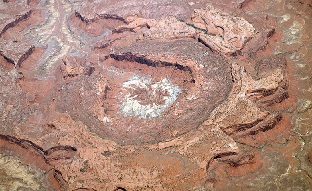 Апхивал США Апхивал, или «Перевернутый купол», притягивает туристов со всех концов света. Гигантское образование, дробящее национальный парк Каньонлендс на несколько зон, может считаться одним из самых старых кратеров планеты — удар случился около 170 миллионов лет назад.