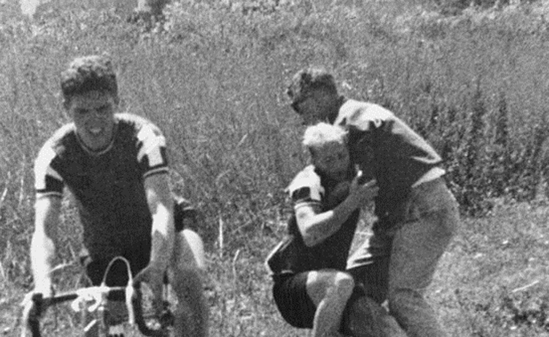Первые смерти Допинговая волна поднялась до небывалых высот и обрушилась на атлетов неудержимым цунами. 26 августа 1968 года датский велогонщик Кнут Йенссен умер прямо на треке, став первой жертвой спортивных стимуляторов. В крови Кнута обнаружили изрядное количество амфетамина. Через 7 лет случилась и вторая смерть: британец Томми Симпсон, запивавший тот же амфетамин коньяком, свалился на втором этапе Тур де Франс.