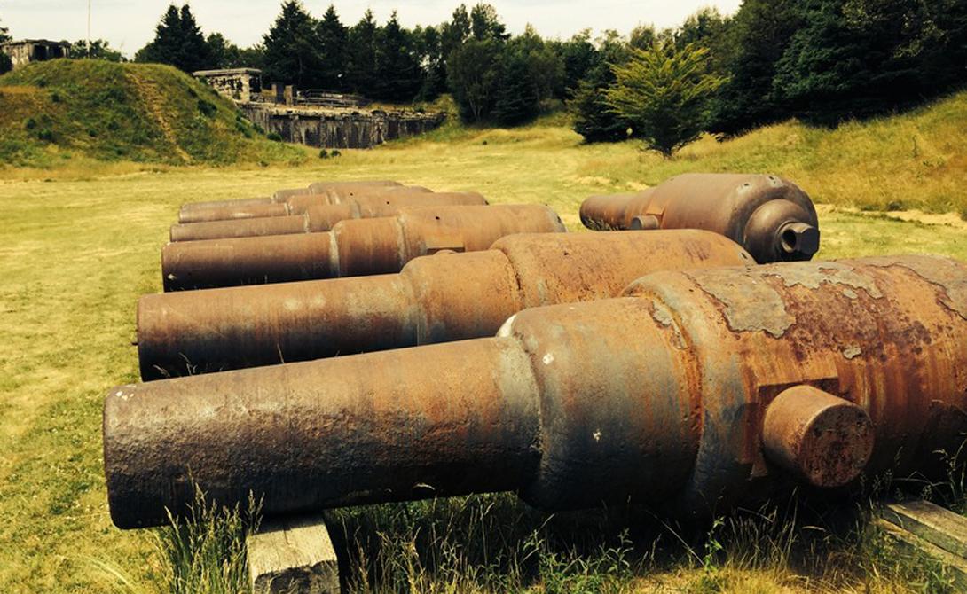 Остров МакНаб Этот канадский остров представляет собой настоящий сад распада с бесчисленными заброшенными структурами и руинами, усеивающими пейзаж: от военных объектов и частных домов до содового завода. Им владела единственная семья шотландцев во главе с Питером МакНабом.