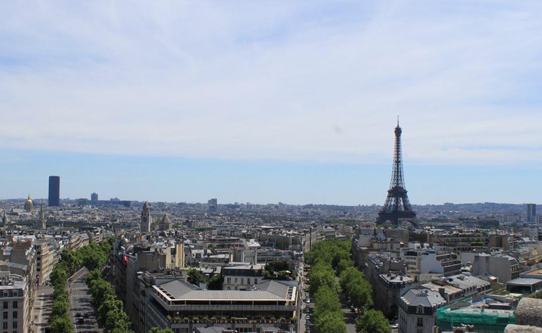 Триумфальная арка Париж Преодолейте 284 ступени винтовой лестницы, скрытой в знаменитой Триумфальной арке. С самой вершины вы увидите не только весь Париж, но и Эйфелеву башню.