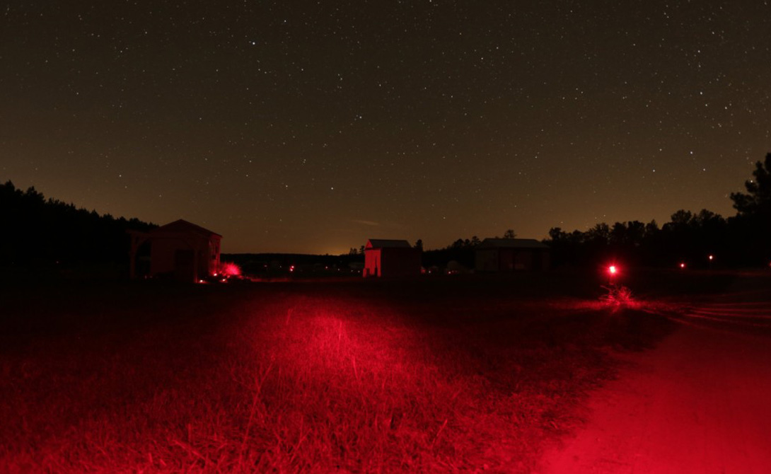 Красные очки Перед тем, как зайти в темное помещение, попробуйте надеть очки с красной тонировкой. Палочки игнорируют свет этого цвета, поэтому в темноте глаза адаптируются быстрее. Такие очки, к примеру, носят пилоты перед ночным вылетом.