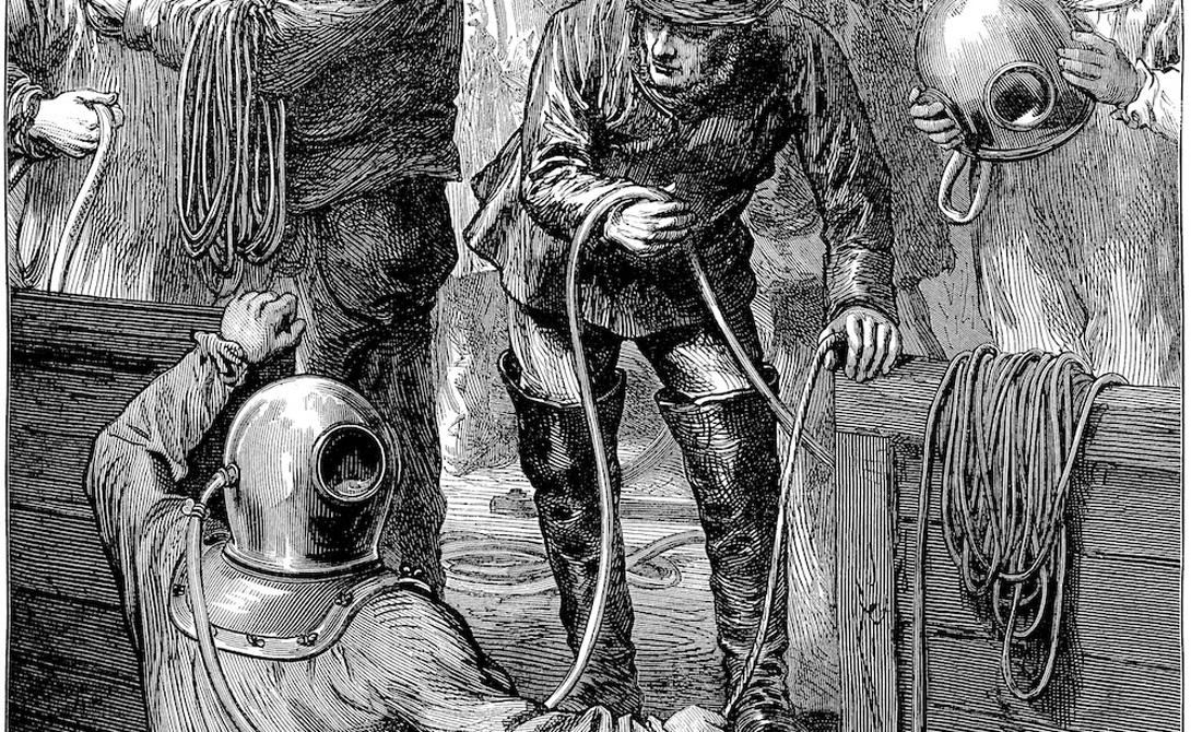 Август Зибе Но все это были лишь предпосылки к настоящему прорыву в создании подводных костюмов. Август Зибе в 1819 году придумывает не только шлем с иллюминатором и шлангом, но и специальный костюм, по полам которого отработанный воздух спускался в воду. Этот костюм использовали водолазы, попытавшиеся в 1830 году поднять затонувший линкор «Ройал Джордж».