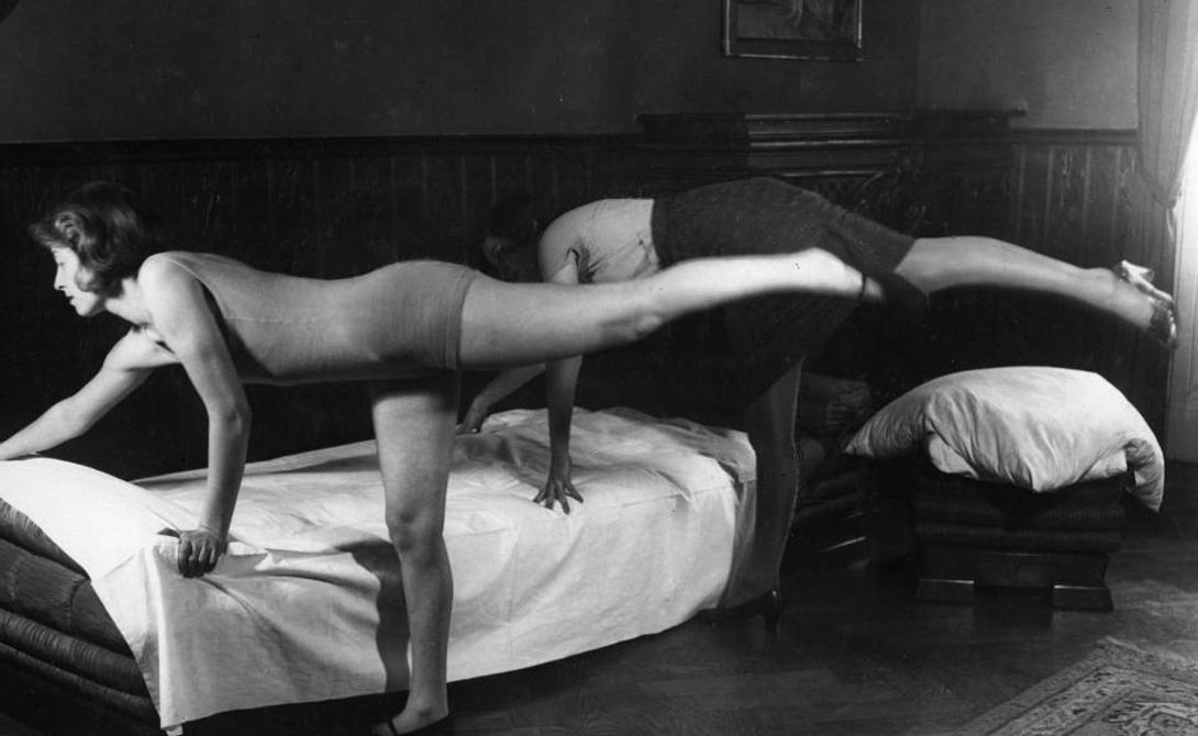 Упражнения для домохозяек Стройность не всегда была желанным качеством девушек. До 1910 годов в моде были крупные женщины, кровь с молоком. И только к 1925-му сформировалось более-менее современное видение идеальной фигуры: талия, бедра, небольшая грудь. Девушки повально увлеклись пилатесом, популярным и до сих пор.
