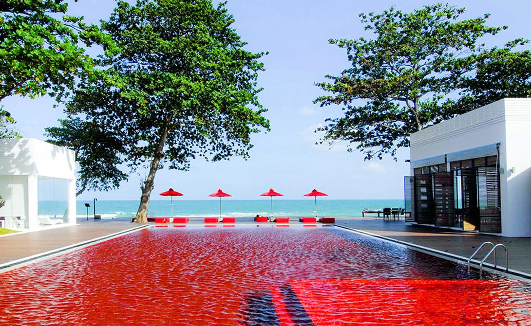 Красная Библиотека Самуи, Таиланд Никаких красителей и никаких природных добавок: красный цвет воды в бассейне лишь отражение красной плитки. Многие люди, даже зная об этом, все равно отказываются заходить в воду, уж слишком она похожа на кровь.