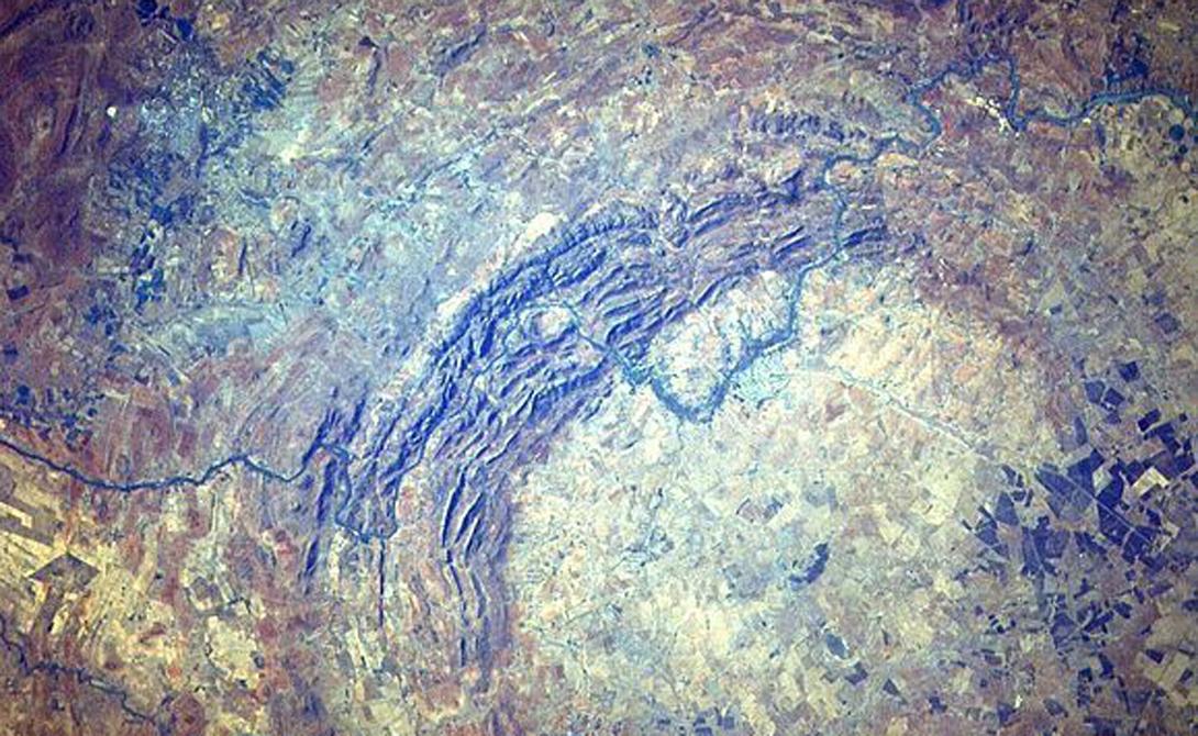 Вредефорт ЮАР Сегодня оценить величину этого кратера можно только из космоса: эрозия постепенно съела его стены и почти сравняла с землей. Тем не менее официально кратер Вредефорт считается крупнейшим в мире, его номинальный диаметр превышает 400 километров.