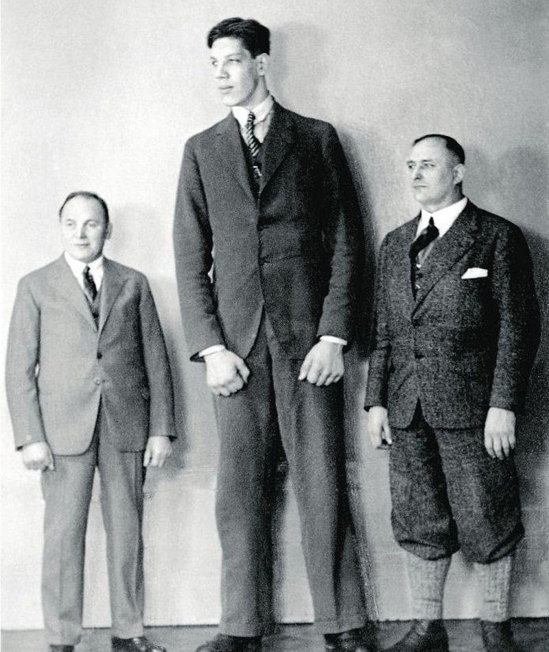 Джон Уильям Роган 2 метра 64 сантиметра В тринадцать лет Джон Роган был на две головы выше любого взрослого. К совершеннолетию парнишка вымахал до двух с половиной метров, а затем набрал еще пятнадцать сантиметров, став на ту пору самым высоким человеком мира. К сожалению, взрывной рост привел к развитию анкилоза, лишившего великана способности передвигаться самостоятельно.