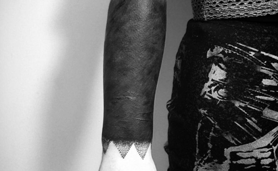 Оттенение На этом примере хорошо заметно мастерство татуировщика, мягко выводящего плотный черный закрас в дотворк у запястья.