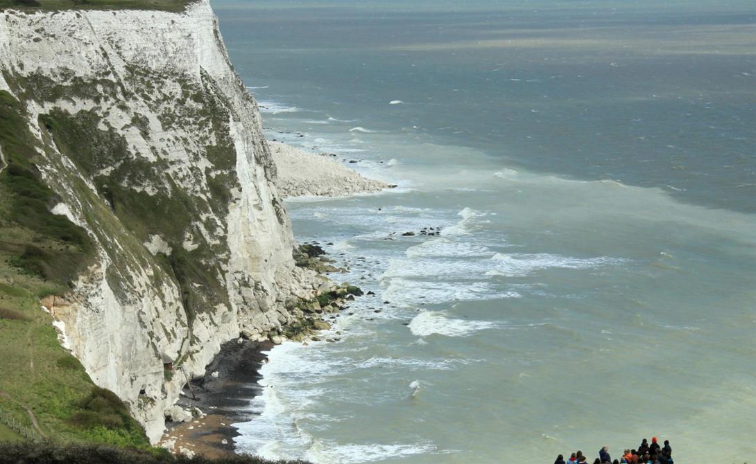 Белые Скалы Дувра Англия Легендарные Белые Скалы воспеты во множестве легенд. Можно прогуляться вдоль самого побережья, наслаждаясь типично английской погодой, а можно забраться и на самый верх, чтобы увидеть поистине впечатляющий вид.