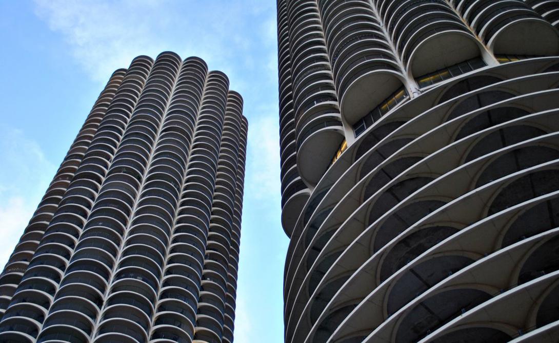 Marina City Чикаго В 1964 году величественное здание Marina City произвело настоящий фурор — да и сейчас на него ориентируются многие современные архитекторы. Внутренняя планировка полностью соответствует внешнему облику.