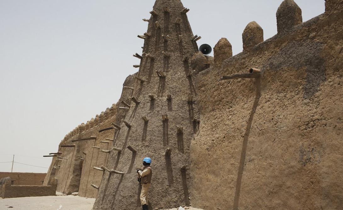 Тимбукту Мали Расположенный на перекрестке древних торговых путей через пустыню Сахару, Тимбукту постепенно превратился в одно из самых жарких мест планеты. В прошлом году была пройдена отметка в 54 градуса по Цельсию.