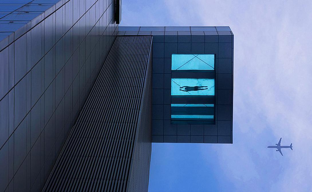 Holiday Inn Шанхай, Китай Шикарный шанс поплавать на высоте ста метров над землей в бассейне с прозрачным дном. Риска никакого, вот разве что акрофобам сюда соваться явно не стоит. Лучшего места для демонстрации нового купального костюма целому городу просто не придумаешь.