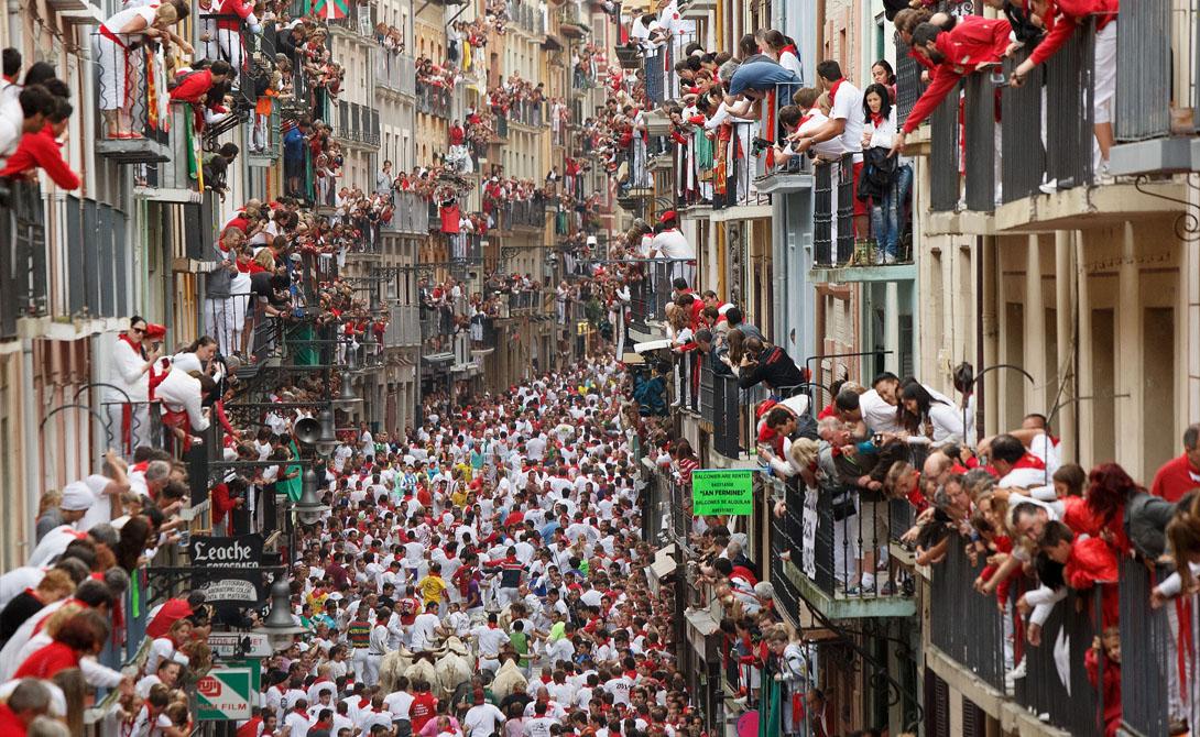 Памплона Если вы не готовы видеть ужасного прогона быков по городу прямо среди людских толп, то в Памплоне вам делать нечего. Это развлечение считается классической прелюдией к корриде: в среднем за прогон гибнет два-три человека.