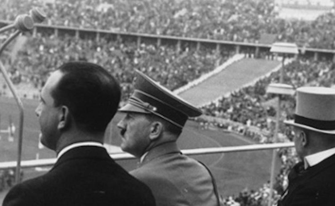 Пролог XI Олимпийские игры Гитлер открывал лично, как и положено лидеру принимающей страны. Его речи перед собравшейся прессой стали образцом умелого политического красноречия. Диктатор превозносил значимость соревнований: честная схватка, пробуждающая лучшие человеческие качества, дух рыцарского поединка, где победитель на равных общается с проигравшим. Именно эти Олимпийские игры, по заверению Гитлера, станут фактором, который будет способствовать урегулированию неспокойной политической обстановки. Кажется немного надуманным? Вам не кажется. Вся Олимпиада, от начала до конца, была разработана исключительно как PR-акция авторитарного режима Третьего рейха — и операция эта, к сожалению, вполне удалась.