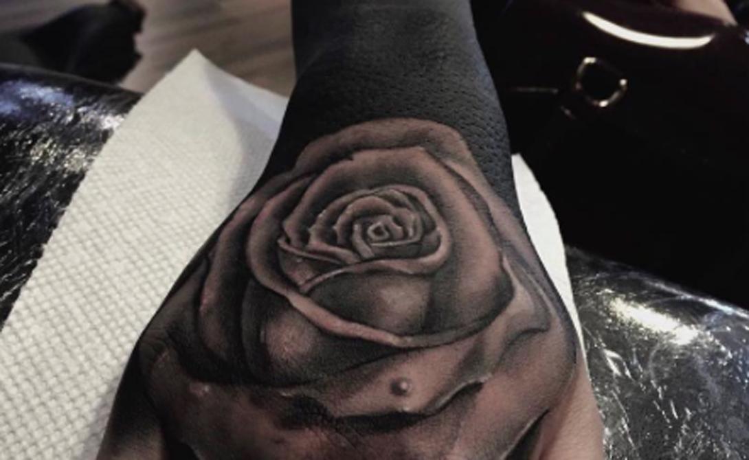 Кисти Черное на черном — казалось бы, не такая уж хорошая идея. Однако, посмотрите на эту розу, идеально вписанную в кисть.