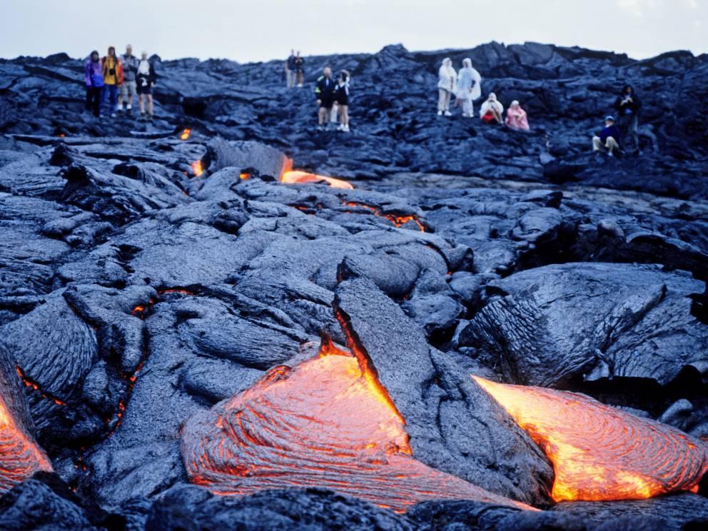 Килауэа Гавайи Вулкан Килауэа на Гавайях расположен на территории обширного национального парка, куда приезжает около трех миллионов посетителей в год. До вершины самого вулкана можно добраться на специально оборудованном внедорожнике.