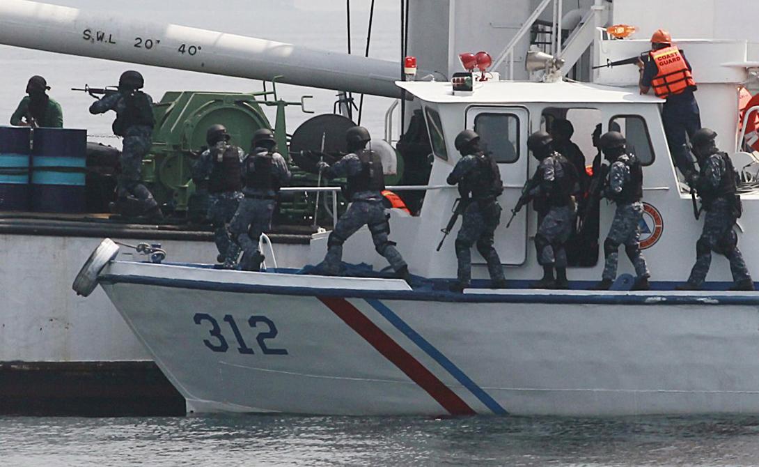 Южно-Китайское море Нападений за год: 62 В прошлом году объединенным силам Филиппинской береговой охраны и Антитеррористической группировке ВМС США пришлось совместно отбивать сухогруз, захваченный пиратами неподалеку от Манилы. Всего же за прошедший год нападению подверглось более 60 судов, примерно половина не найдена до сих пор.