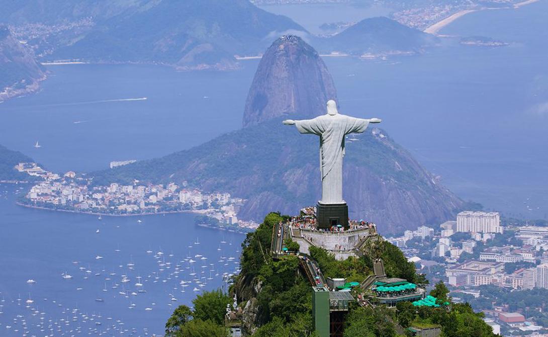 Гора Корковадо Рио-де-Жанейро, Бразилия Эта гора расположена позади знаменитой статуи Христа Искупителя. Забравшись на пик, храбрый путешественник получит в награду незабываемый панорамный вид всего Рио-де-Жанейро и самой статуи.