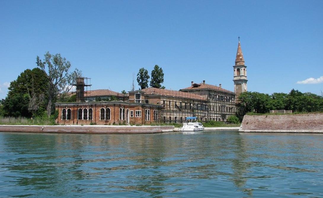 Повелья Этот небольшой остров, расположенный в километре от побережья радужной Венеции, звался когда-то островом Чумы. Сюда свозили зараженных и здесь же они находили последний покой. Считается, что 50% почвы острова составляют человеческие останки.