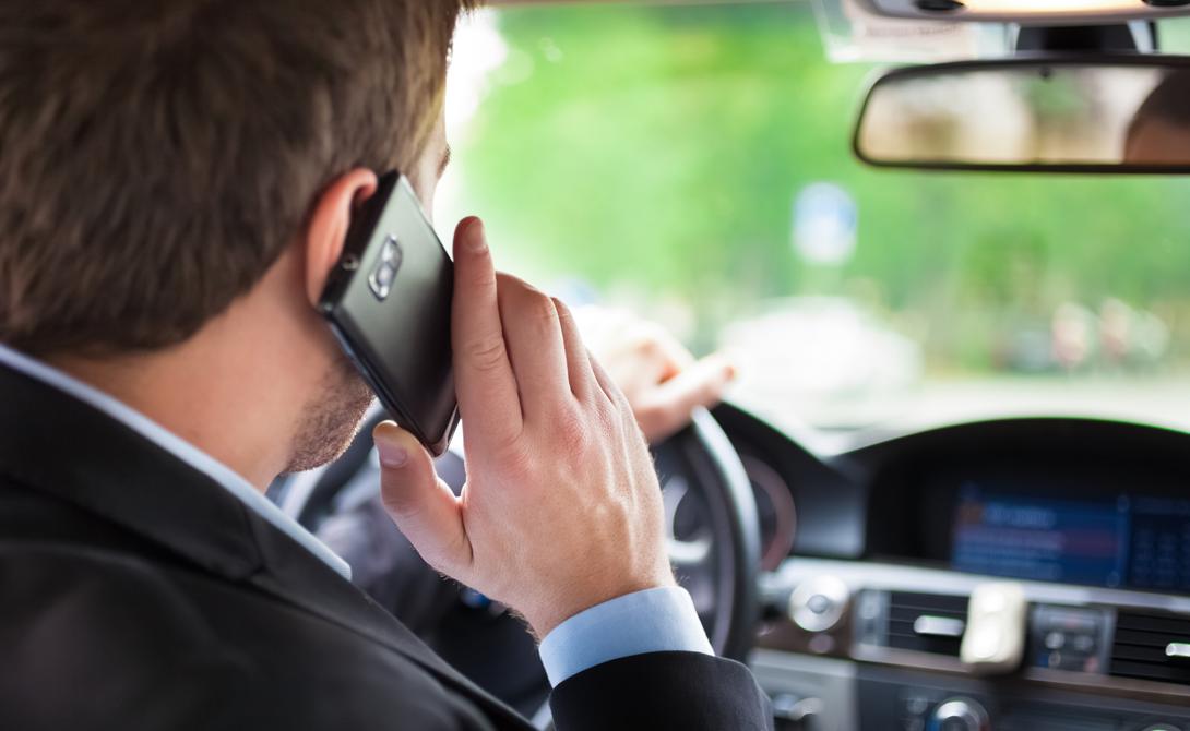 Телефон Забудьте о том, чтобы вести машину и проверять телефон одновременно. Даже ходьба и телефон уже перегружают когнитивные способности человека. Вы можете увидеть препятствие, но просто не суметь среагировать вовремя.